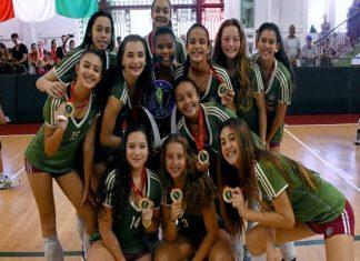 Jogadoras do Fluminense posam com medalha