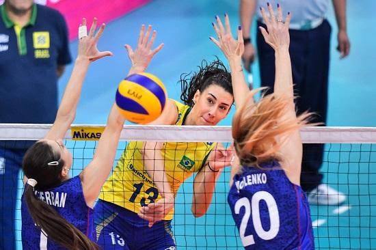 Sheila atacando em partida da Seleção Brasileira