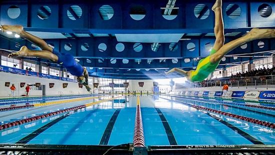 paratleta em ação na piscina