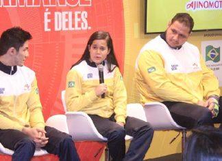 Verônica Hipólito em entrevista sendo observada por Arthur Nory e Rafael Silva (Baby)
